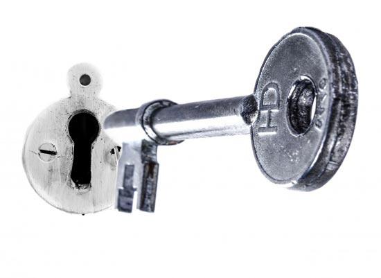 Nøgle svæver foran nøglehul og skal symbolisere fuldt ejerskab af hjemmesideprodukter